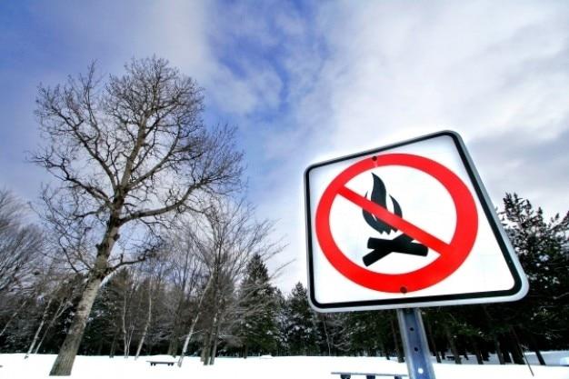 Зимой у костра предупреждающий знак