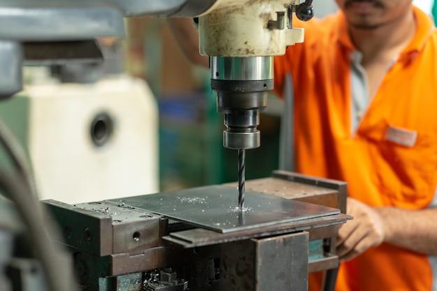 ドリルマシン、ベンチドリル付き平鋼板の従業員の穴あけ機。