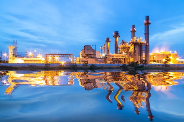 日没と夕暮れの工業用火力発電所。
