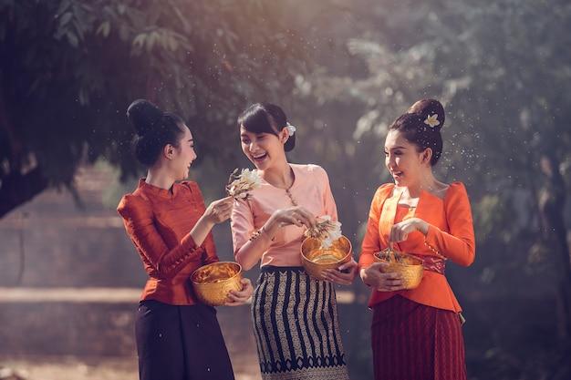 Лаосские девушки брызгают водой во время фестиваля фестиваль сонгкран