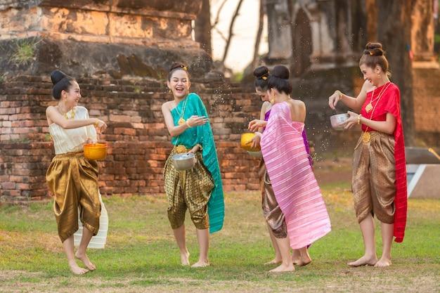 Тайские девушки и девушки-лаос брызгают водой во время фестиваля фестиваля сонгкран