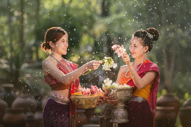 ソンクラーン祭りの間に水をはねかけるラオスの女の子
