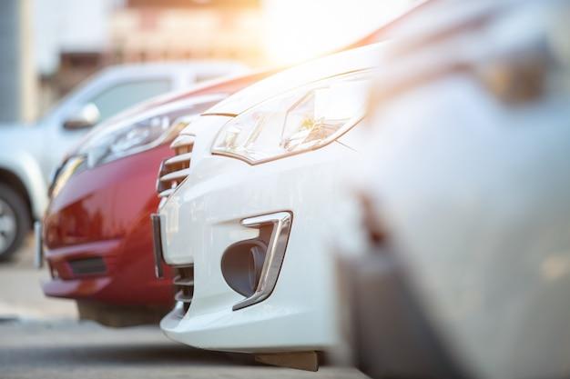 車は駐車場に駐車、クローズアップ。販売のための車ストックロット行。自動車ディーラーの在庫。