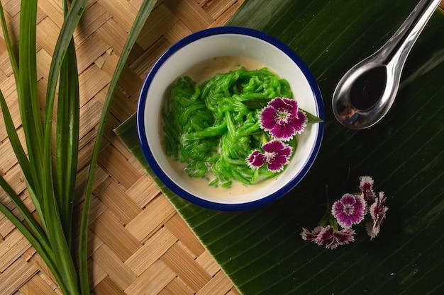 タイのデザート、木製のテーブル、トップビューでココナッツミルクと一緒に食べるご飯で作られた米麺