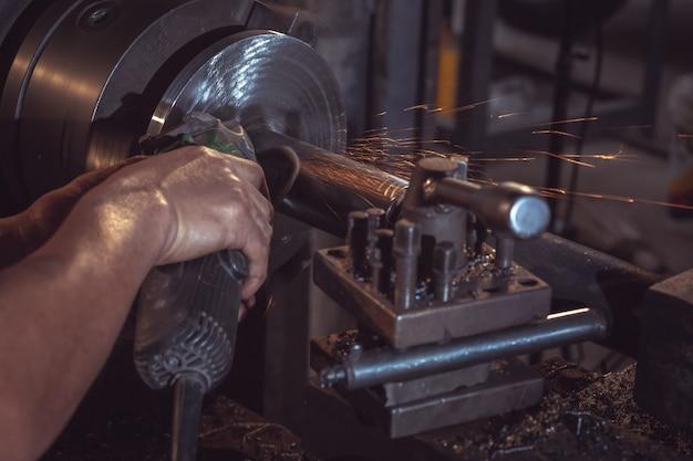 Электрические шлифовальные круги по стальной конструкции и сварщикам с несколькими искрами на заводе.