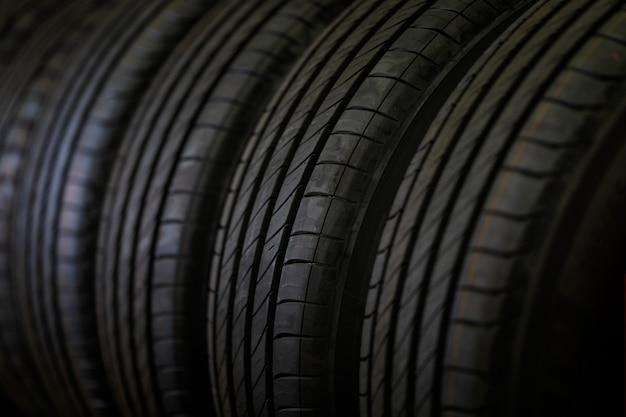 タイヤスタックの背景とセレクティブフォーカス。倉庫での車のタイヤ。