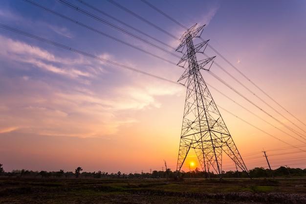 夕日を背景にシルエット電気高電圧極