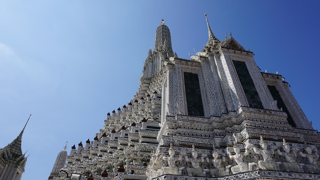 清潔な空と川のほとりにあるバンコク・タイのワット・アルンの大きな磁器の塔