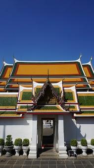 バンコクのタイの複数の屋根の寺院多色の屋根