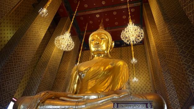 壮大な寺院の大きな金仏像穏やかなバンコクタイ