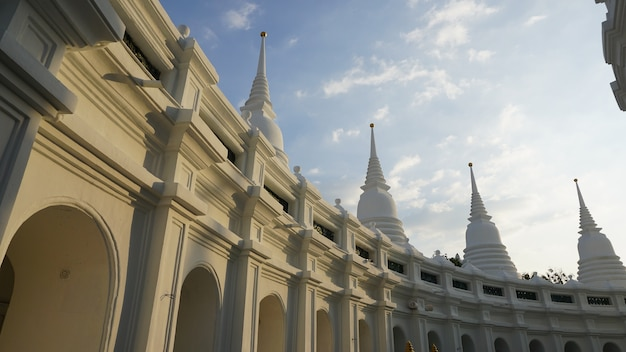 白い塔複雑な寺院の夜、タイ