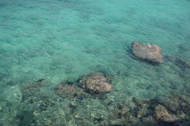 漁師の頭と澄んだ水釣り船ビーチ美しい石
