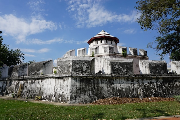 静かな公園のバンコクタイの古代の要塞と壁