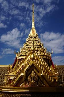 タイの黄金の寺院と宮殿城のマルチ屋根