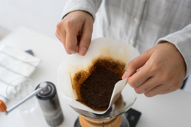 中古コーヒーの地面を投げ捨てる