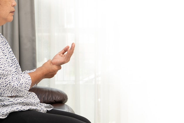 Старая женщина страдает от боли в руке, проблемы со здоровьем