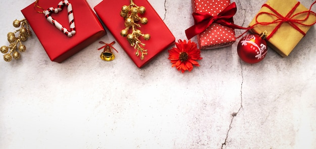 クリスマスシーズンの背景と新年の贈り物箱
