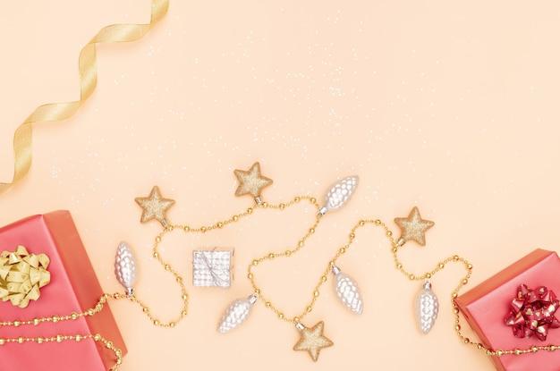 誕生日、クリスマスまたは結婚式の黄金の背景にギフトボックス