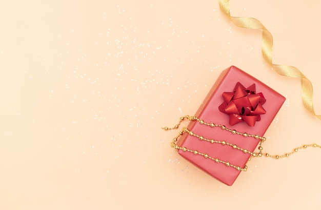 誕生日、クリスマスや結婚式のための赤い弓とギフトボックス