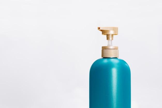 白い背景の上の髪シャンプーコンディショナーボトル。美しさとボディケアのコンセプト