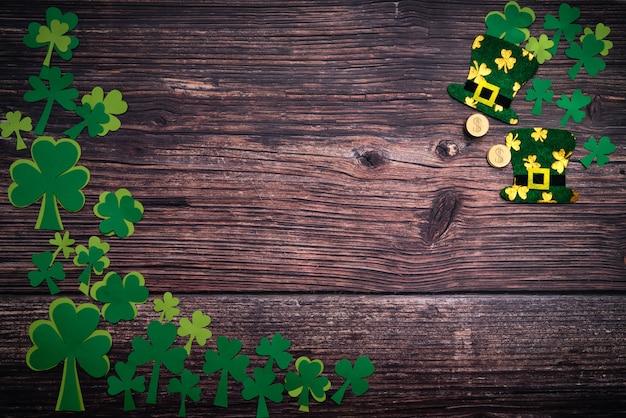 聖パトリックの日、黄金のコイン、お祝い帽子と木の上の緑のシャムロック