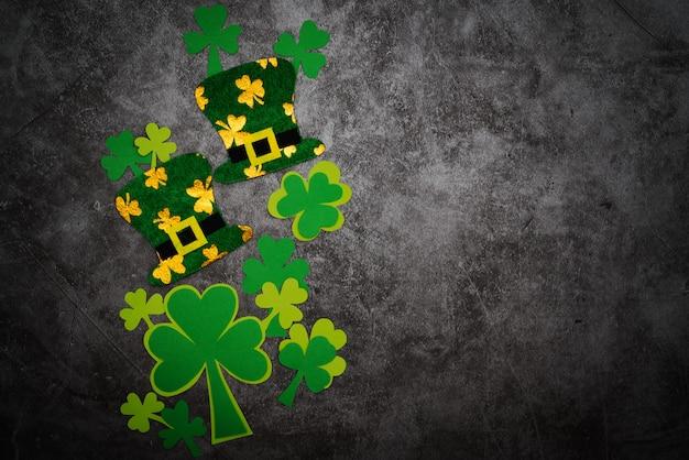 聖パトリックの日、お祝いのレプラコーン帽子と緑のシャムロック