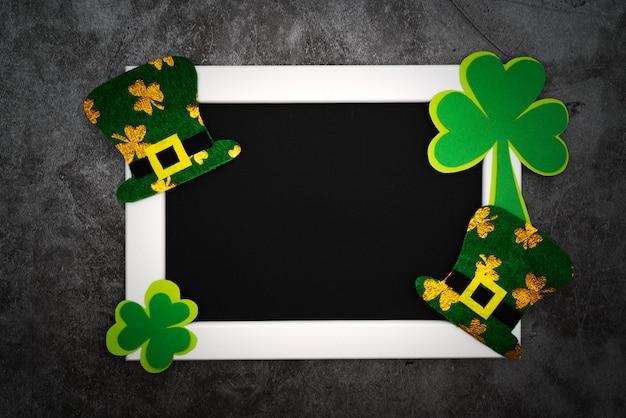 聖パトリックの日、お祭りレプラコーン帽子とフォトフレームの緑のシャムロック