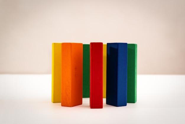 Группа, разнообразие, круг друзей, объединенная концепция. деревянная форма круга на белом фоне