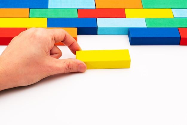 ビジネスソリューションの概念、空白のスペースに収まる木のブロックのパズルのピースを埋める