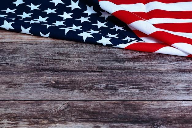 アメリカの国旗と木製の背景の花の記念日