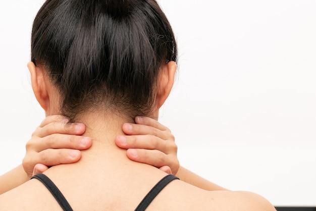 Молодая женщина травмы шеи и плеча