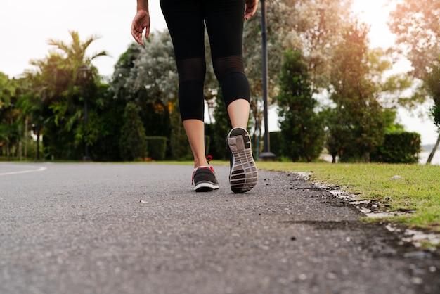 道路側に向かって歩いてスポーツ女性