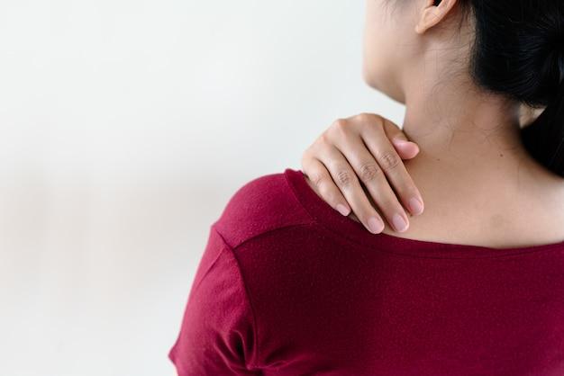 若い女性の首と肩の痛みの怪我