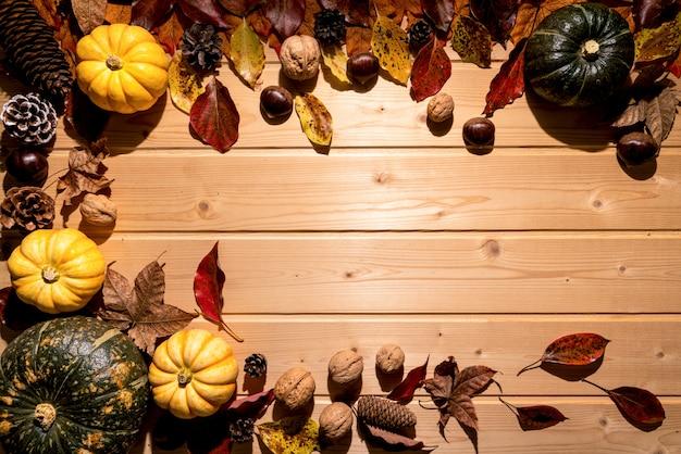 カボチャと木製の背景にナットで幸せな感謝祭