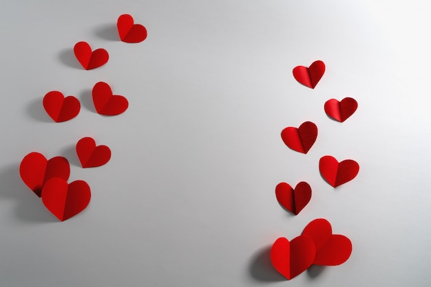 白地に赤のハート、抽象的なフラットレイアウト、トップビューでバレンタインカード
