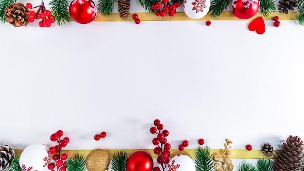 Рождественская композиция. рождественский бал, шишки, еловые ветки на белом фоне. плоская планировка, вид сверху, копия пространства