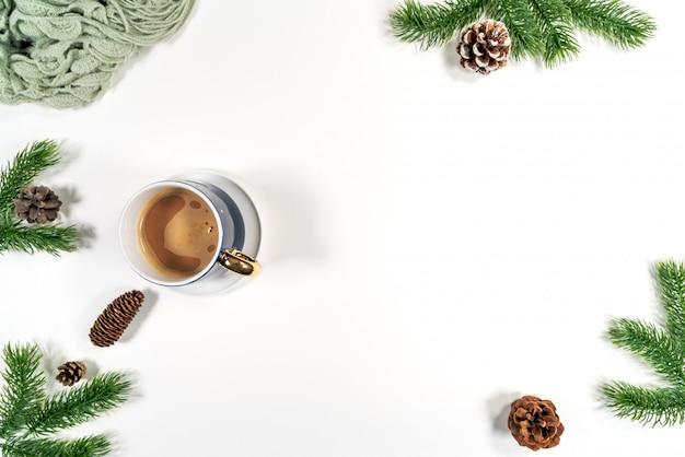 Рождественская зимняя композиция. рождественские шишки, еловые ветки на белом фоне. плоская планировка, вид сверху, копия пространства