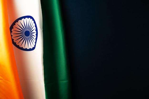 Индийский флаг на темноте