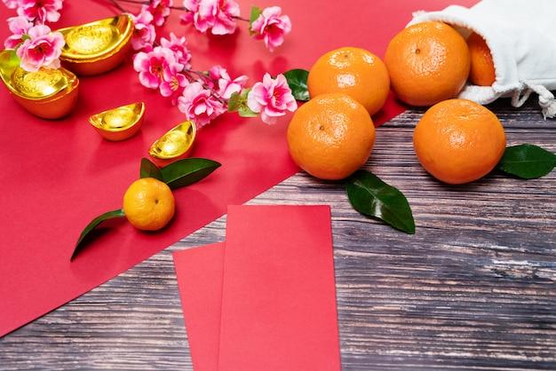 Китайский новый год оранжевого цвета и предлагает красный конверт, перевод текста появляется на картинке: процветание, богатые и здоровые