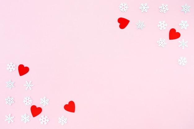赤いハートとピンクの雪