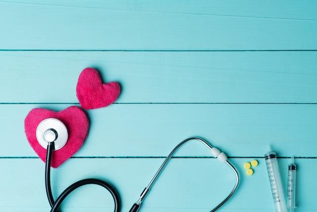 世界心臓健康日コンセプトと赤いハートと青の聴診器で医療医療保険