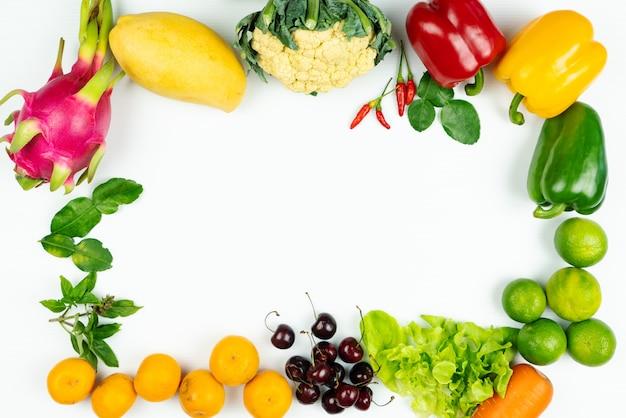 新鮮な果物と野菜。新鮮な生の有機野菜のフレーム