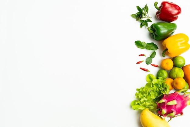 新鮮な果物と野菜。新鮮な生の有機野菜のフラットレイアウト