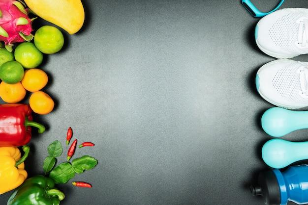 健康的なライフスタイル、食品、スポーツコンセプト。アスリートの用具と新鮮な果物
