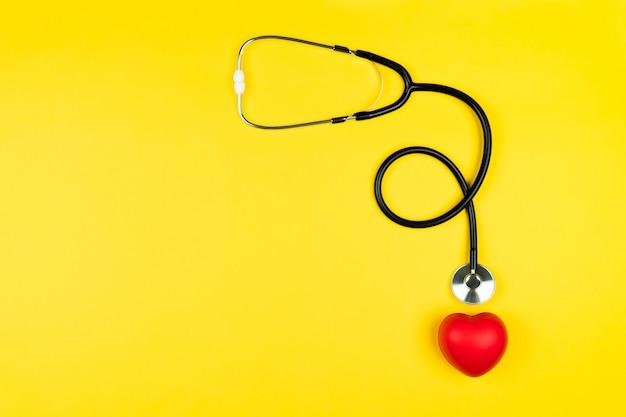 Концепция всемирного дня здоровья медицинское страхование с красным сердцем и стетоскопом