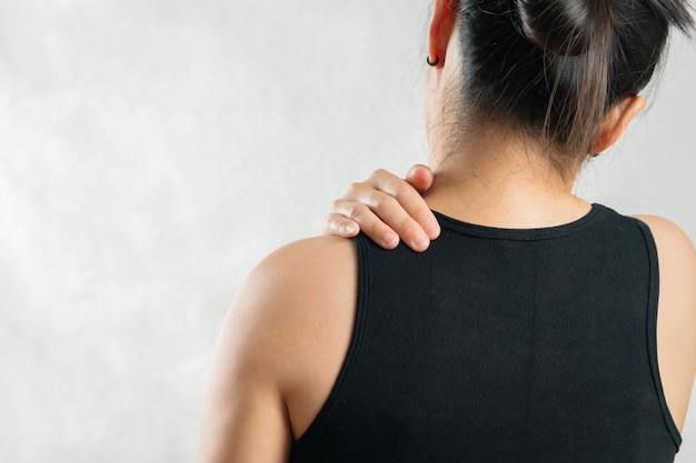 若い女性の首と肩の痛み傷害、ヘルスケアおよび医療の概念