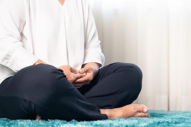 Занятия для медитирующих пожилых женщин остаются дома, чтобы избежать риска