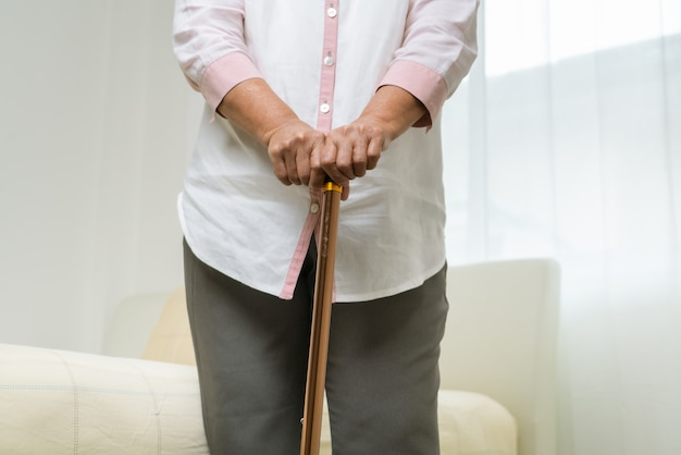 Боль в колене старшей женщины с ручкой, проблема здравоохранения старшей концепции