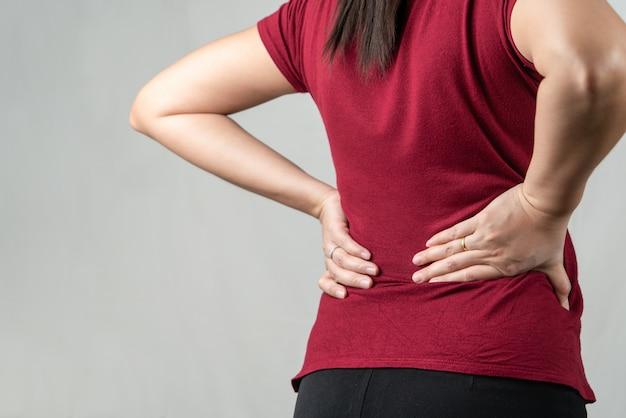 背中の痛み、女性は腰痛に苦しんでいます。ヘルスケアと医療の概念