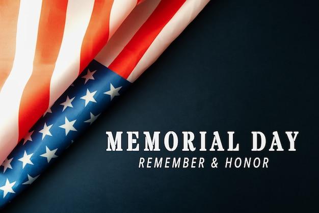 День памяти с американским флагом на синем фоне